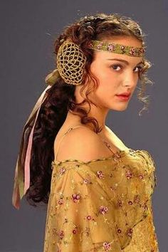 Padmé Amidala This golden-toned floral sheer dress complete with ornamental hair decorations was one Natalie Portman wore for Padmé's Senate scenes. Natalie Portman Star Wars, Natalie Portman Hot, Queen Amidala Costume, Reina Amidala, Star Wars Padme, Star Wars Princess Amidala, Amidala Star Wars, Film Star Wars, Nathalie Portman