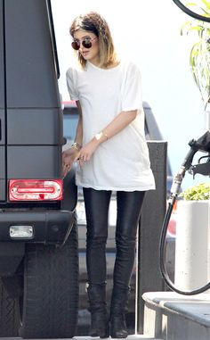 There is 0 tip to buy t-shirt, oversized, t-shirt, kylie jenner, leather pants. Help by posting a tip if you know where to get one of these clothes. Kylie Jenner 2014, Trajes Kylie Jenner, Estilo Kylie Jenner, Estilo Kardashian, Kylie Jenner Outfits, Kylie Jenner Style, Kardashian Style, White Skinny Jeans, Cute Casual Outfits