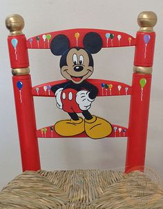 Detalle Silla Costurera Infantil. Pintada en rojo y dorado con decoración de globos y figura de Mickey Mouse. Acciartesanía.