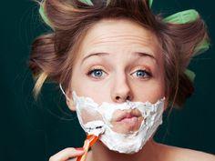 Nicht nur Männer rasieren ihr Gesicht, auch wir Frauen können die Klinge schwingen. Aber was passiert eigentlich, wenn wir uns Kinn und Oberlippe rasieren?
