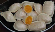 Proef de zoete ovos moles uit Aveiro / Taste the sweet ovos moles from Aveiro - Over Portugal 25.06.2014 | Ken jij de 'ovos moles' uit Aveiro? Het is een regionale en eeuwenoude zoetigheid gemaakt van eigeel en suiker. Hier lees je meer over de 500-jarige geschiedenis, de Europese BGA-certificering en de export naar verschillende Europese landen waaronder Nederland.