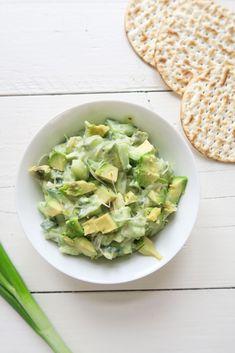 avocado-komkommer spread met lente ui en alfalfa