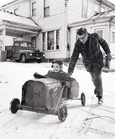 James Dean and his cousin, Markie. photo by Dennis Stock, 1955 In Fairmount Indiana where he was raised by his aunt and uncle after his mother died when he was only 9 yrs old. James Dean, Willie Nelson, Magnum Photos, Classic Hollywood, Old Hollywood, Hollywood Icons, Hollywood Actresses, Vintage Photographs, Vintage Photos