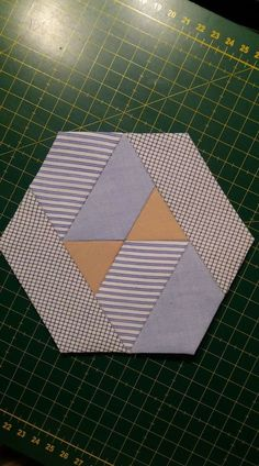 Hexagon Patchwork, Hexagon Quilt, Quilt Block Patterns, Quilt Blocks, Quilting 101, Quilting Tutorials, Quilting Projects, Quilting Designs, Paper Quilt