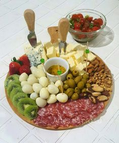 Charcuterie Recipes, Charcuterie Platter, Charcuterie And Cheese Board, Party Food Platters, Cheese Platters, Grazing Food, Breakfast Platter, Pub Food, Food Decoration