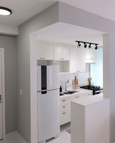 31 The Best Small Apartment Kitchen Design Ideas - When doing a small kitchen design for an apartment, either a corridor kitchen design or a line layout design will be best to optimize the workflow. House Design, Kitchen Design Small, Small Apartments, Kitchen Decor, Kitchen Remodel Small, Modern Kitchen Trends, Small Apartment Kitchen, Kitchen Design, Small Kitchen Decor