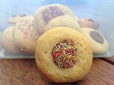 rainbow cookiesRainbow Cookies 250 g butter (softened) 150 g brown sugar 90 g caster sugar 3 teaspoons vanilla extract 2 eggs tablespoons milk 430 g plain flour 1 teaspoon baking powder packet of chocolate freckles Baby Food Recipes, Sweet Recipes, Baking Recipes, Family Recipes, Healthy Recipes, Biscuit Cake, Biscuit Cookies, Bellini Recipe, Thermomix Desserts