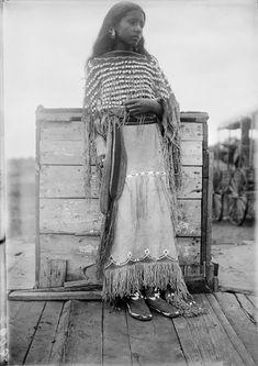 13. Fille Kiowa, 1892  vintage-native-american-girls-portrait-photography-19-575a772d5c917__700amérindiennes-amérindiennes