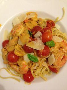 Pasta mit Cocktailtomaten, Creme Fraiche, Weißwein und Garnelen Creme Fraiche, Pasta Salad, Spaghetti, Ethnic Recipes, Food, Recipes For Shrimp, Tomatoes, Essen, Eten
