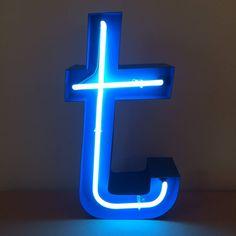 """Буква """"t"""" готова! Неон в полуметровом металлическом корпусе. Двухцветная окраска. Провод в тканевой оплетке."""