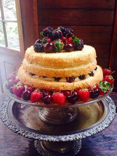 Naked cake de frutas vermelhas! Nossos bolos feitos com amor e carinho para você!