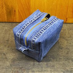 Tune-ups and deeds: Makeup bags Denim Purse, Tote Purse, Diy Old Jeans, Backpack Pattern, Jeans Fabric, Denim Crafts, Recycled Denim, Fabric Bags, Cosmetic Bag