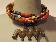 PIECE UNIQUE Césarée Paris Collier ethnique de 40 cm composé de 4 rangs de Pâtes de verre et d'un pendentif travaillé et gravé en bronze - provenance : Afrique