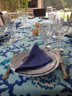 Mantel estampado en tela antimancha con servilletas azules de lino hindu, by La Tienda Deco&Ideas. Latiendadecoideas@gmail.com