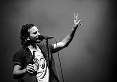 Quítale las manos de encima hijo de puta!: Eddie Vedder detiene agresión a mujer en pleno concierto