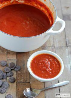Salsa intensa de tomate con chocolate y vermut. Receta de salsa original con trucos y fotos paso a paso de su elaboración y presentación. Salsa de tomate fri...