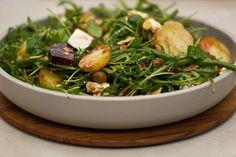 Deze lauwe salade brengt een hele waaier boeiende smaken samen. Van het 'aardse' van de rode biet, tot mild-scherpe van echte feta. Eet ze als lichte lunch of avondmaal. Wie de bereiding liever niet vegetarisch houdt, kan de feta vervangen door stukjes opgelegde haring of gerookte makreel.