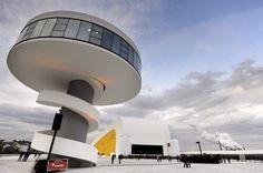 «Нимейер Аудиториум» https://zalservice.ru/zaly-mira/niemeyer-auditorium-zal/  Концертный зал, приподнятый над берегом моря, появился в Равелло в 2010 году, его построили по проекту одного из известных архитекторов, Оскара Нимейера из Бразилии, который вел работу над проектом в возрасте 103 лет, и закончил ее в течение всего 70 дней.