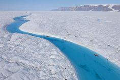 """Modrá řeka uprostřed Petermannova ledovce, který se v létě 2008 """"roztrhl"""" a bylo očekáváno, že se v létě 2009 ta část na moři utrhne uplně... Utrhla se až 2010."""