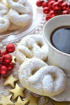A volte basta dare una forma diversa alla solita pasta frolla per ottenere un biscotto perfetto per le feste, adatto a essere offerto agli ospiti o co...