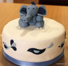 Barnedåbskage med en elefant i fondant