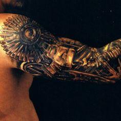 Tatuaggio biomeccanico sul braccio