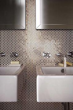 Gold penny round bathroom #splashback #tiles #pennyrounds #signorinotilegallery Penny Wall, Public Bathrooms, Black Bathrooms, Kitchen Tiles, Prep Kitchen, Kitchen And Bath, Penny Round Tiles, Restaurant Bathroom, Bathroom Basin