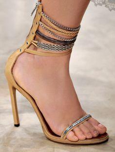 Delicadas, mas too sexy. Assim são as it-sandals do verão 2013