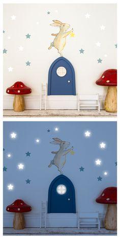 Wer auch immer hinter dieser kleinen Tür wohnt - er hat einen Freund, der ihm nachts das Licht anmacht...