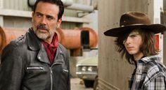 'The Walking Dead': Negan obliga a Carl a quitarse la venda del ojo y a cantarle una canción  La serie de AMC sigue la línea de los cómics y muestra el lado más sensible de Negan cuando se encuentra con Carl en el Santuario.  La midseason de la séptima temporada de la serie de muertos vivientes más popular a nivel internacional está a punto de llegar a su fin. Los seguidores de la serie estaban expectantes por saber qué ocurriría con Carl y Jesus, que se subieron a un camión para llegar…