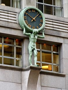 Atlas Clock at Tiffany and Company flagship store - 727 Fifth Avenue @ East Street, New York, NY The company moved to this building in 1940 Built 1940 Architect: Cross and Cross Developer: Turner Construction Company Tiffany Atlas, Tiffany Blue, Beautiful Streets, Beautiful Things, Radio City Music Hall, New York Christmas, City That Never Sleeps, Art Deco Design, Diy Design
