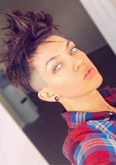 24 Incredible Short Pixie Cuts with Shaved Sides for Pretty ideas of pixie hairstyles for shor Short Punk Hair, Short Hair Undercut, Really Short Hair, Short Hair Cuts, Pixie Cuts, Short Hair Styles, Pixie Haircut Styles, Pixie Hairstyles, Haircut Short