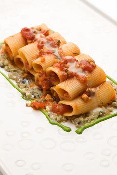 Rigatone all'arrabbiata con alici, melanzane, salsa all'aglio e al prezzemolo Moreno Cedroni
