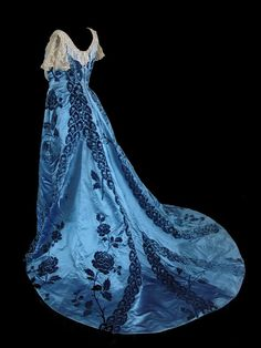 Charles Frederick Worth Ball Gown Blue with lace mini-sleeves, back view. Notice how the dark design in the fabric lines up. House Of Worth, Vintage Outfits, Vintage Gowns, Vintage Hats, Moda Vintage, Vintage Mode, Antique Clothing, Historical Clothing, Historical Dress
