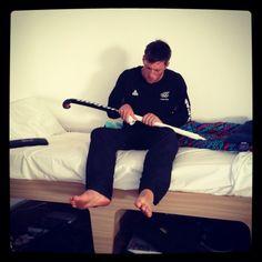 Simon Child aggiusta al mazza da hockey