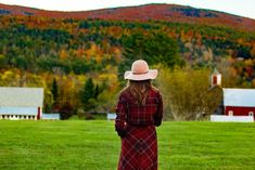While all of the New England lights up with color during Autumn, it is safe to say that Vermont seems to be the state to visit during fall.  Vermont is full of indulgent places to stay, knock out farm to table restaurants, and villages that remind us of a simpler time in America, it should be on everyone's Fall bucket list. New England Decor, New England Day Trips, New England Travel, New England Style, Foliage Map, New England Fall Foliage, Boston Travel Guide, England Beaches, Cool Places To Visit