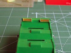 Foto 6. Mejora bobineros. Escala H0.  Proceso de detallado de los vagones portabobinas.