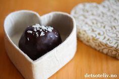 Bountykuler må jeg lage hver eneste jul - og dette er ogsåen avde mest populære konfektoppskriftene her på Det søte liv. I år lagde jeg dem med mørk sjokolade i stedet for lys, og det skulle ikke mer til for å gi Bountykulene en litt mer eksklusiv og voksen smak. Supergode er de i alle fall!