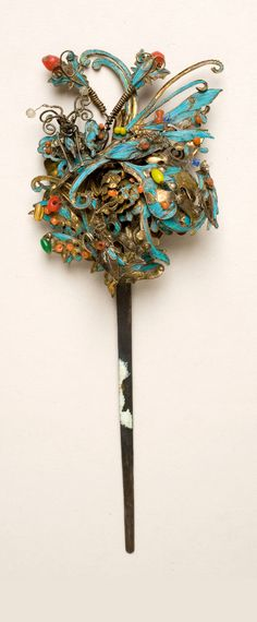 China | Kingfisher feather hair ornament; Metal hair ornament, decorated with kingfisher feathers, metal, pearl beads, coral beads, & cloisonné. | ca. 1700 - 1899 / Qing Dynasty