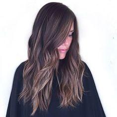 La idea es que los reflejos no sean todos del mismo tamaño ni cumplan un orden determinado.   21 Delicadas ideas para aclarar tu cabello sin hacerte un ombré