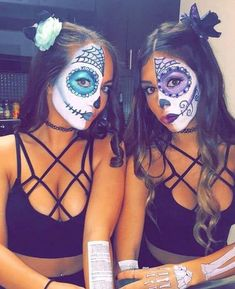 These best friend halloween costumes are perfect for you and your bestie in 2020! All students need to see these college halloween costume ideas best friends!! #Halloween #BestFriends #CostumeIdeas Halloween Sugar Skull, Visage Halloween, Halloween Mono, Costume Halloween, Looks Halloween, Best Friend Halloween Costumes, Diy Halloween Costumes For Women, Girl Costumes, Halloween Makeup