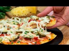 Cea mai delicioasă pizza la tigaie, gata în doar 5 minute! | SavurosTV - YouTube Queso Mozzarella, Bolognese, Tapas, Hawaiian Pizza, Tasty Dishes, Vegetable Pizza, Dinner, Cooking, Recipes
