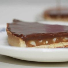 Tarte façon snickers – Caramel cacahuètes et chocolat Cheesecake Caramel, Tarte Caramel, Cake Bars, Food And Drink, Birthday Cake, Pudding, Cooking, Sweet Sweet, Drinks