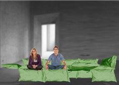"""Cosa ci fa sentire più """"a casa"""" della nostra coperta preferita?   Ecco un divano con lo stesso calore, la stessa energia domestica, la stessa essenzialità.  Una trapunta modulare nasconde una struttura metallica snodabile e prende forma a seconda delle esigenze personali."""