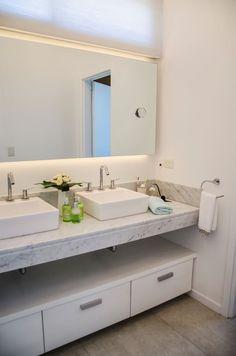 Descubra fotos de Banheiros modernos por Parrado Arquitectura. Veja fotos com as melhores ideias e inspirações para criar uma casa perfeita.