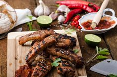 Are you a fan of smoky and bold flavors? Try out these delicious beer-marinated ribs for dinner this week! Brush with your favorite barbecue sauce for even more flavor. Cooking Tips, Cooking Recipes, Healthy Recipes, Rustic Bread, Dinner This Week, Spare Ribs, Quick Easy Meals, Chicken Wings, Spicy