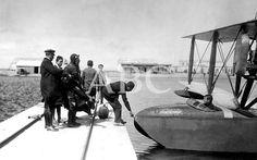 Los orígenes de la aviación militar en España Cartagena. 08/08/1922. La aviación militar. El General director del servicio de aviación, Sr. Echague (x) disponiéndose a embarcar en un hidroavión