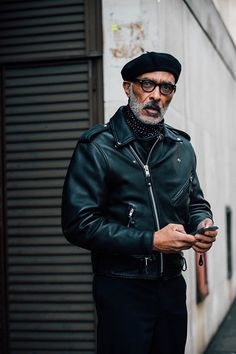 Découvrez les meilleurs looks de rue pris sur le vif par Jonathan Daniel Pryce à la sortie des défilés homme automne-hiver 2017-2018 à Londres.