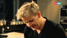 Cucina con Ramsay # 50: Crumble di mele Chi non ama i crumble?  INGREDIENTI: 6 cucchiai di zucchero semolato un pizzico di cannella in polvere i semi di 1 baccello di vaniglia 6 mele, private del torsolo ma con la buccia, di cui 3 grattugiate e 3 tagliate a pezzetti 3 cucchiai di mirtilli rossi secchi la scorza di 1 limone e il succo d...