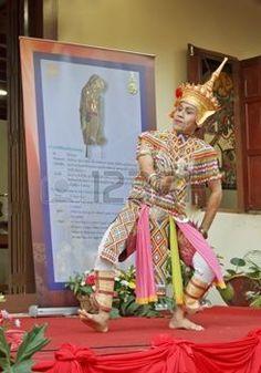 """danse folklorique: Nakhon Si Thammarat, Thaïlande - Août 03, 2011: Vieille danse homme """"Ma-Pas-Ra"""" Forme de danse folklorique à l'ouverture Nang Talung Musée, Maison de l'artiste national, Suchart Subsin"""